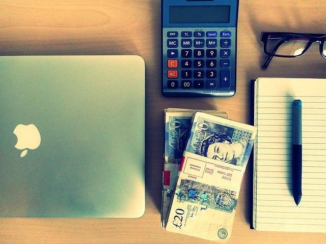 bankovky na stole
