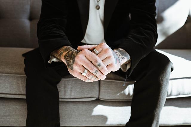 muž s prsteny